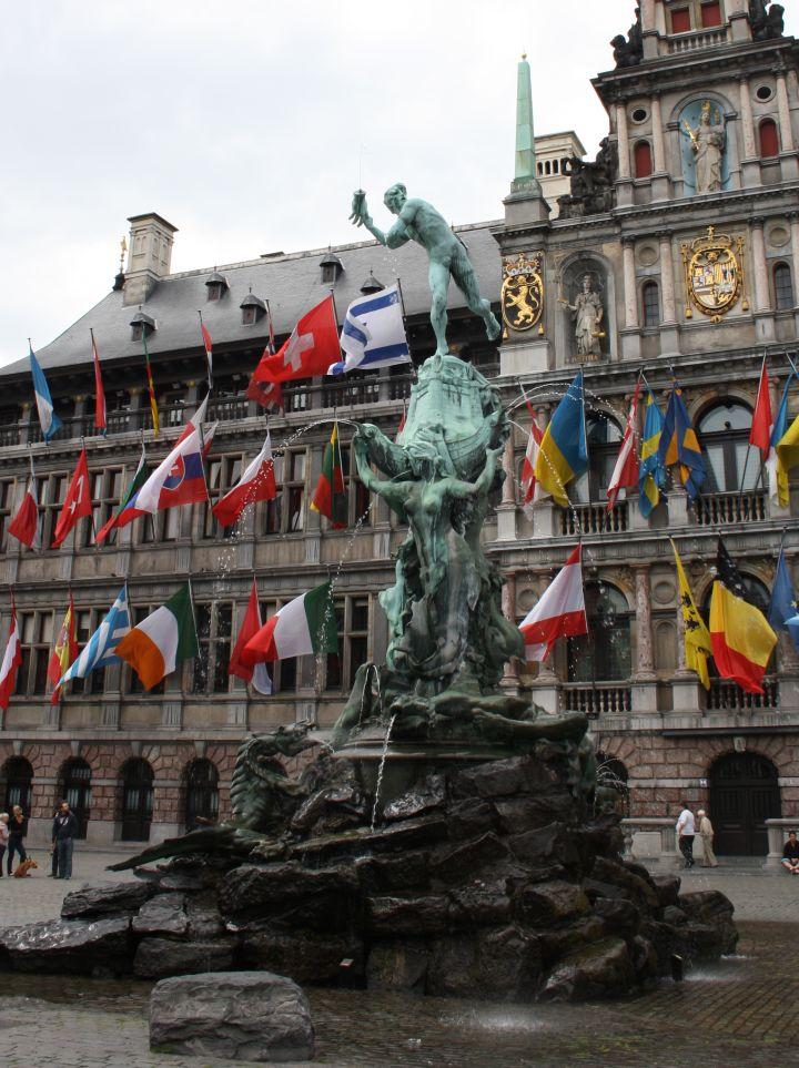 Grote Markt esta presidida por la estatua de silvio brabo en amberes